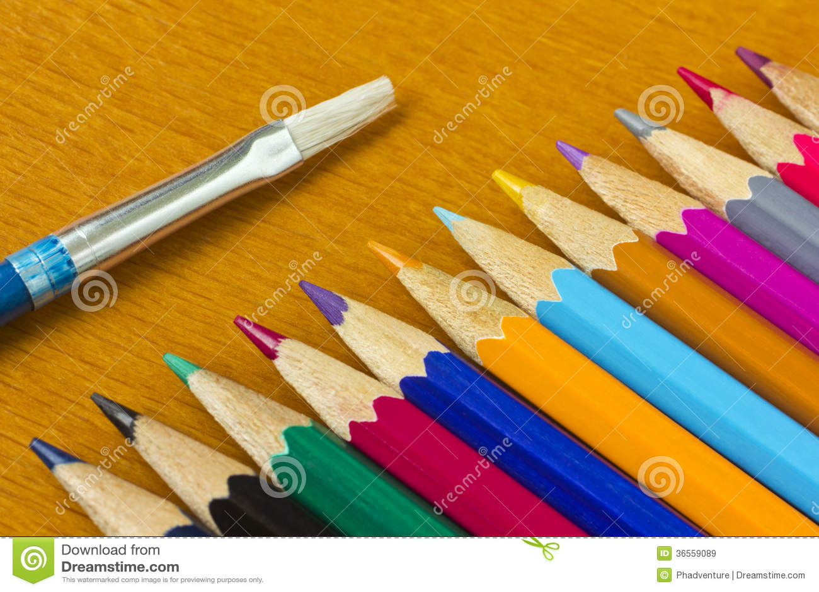 Crayons et brosse colorés