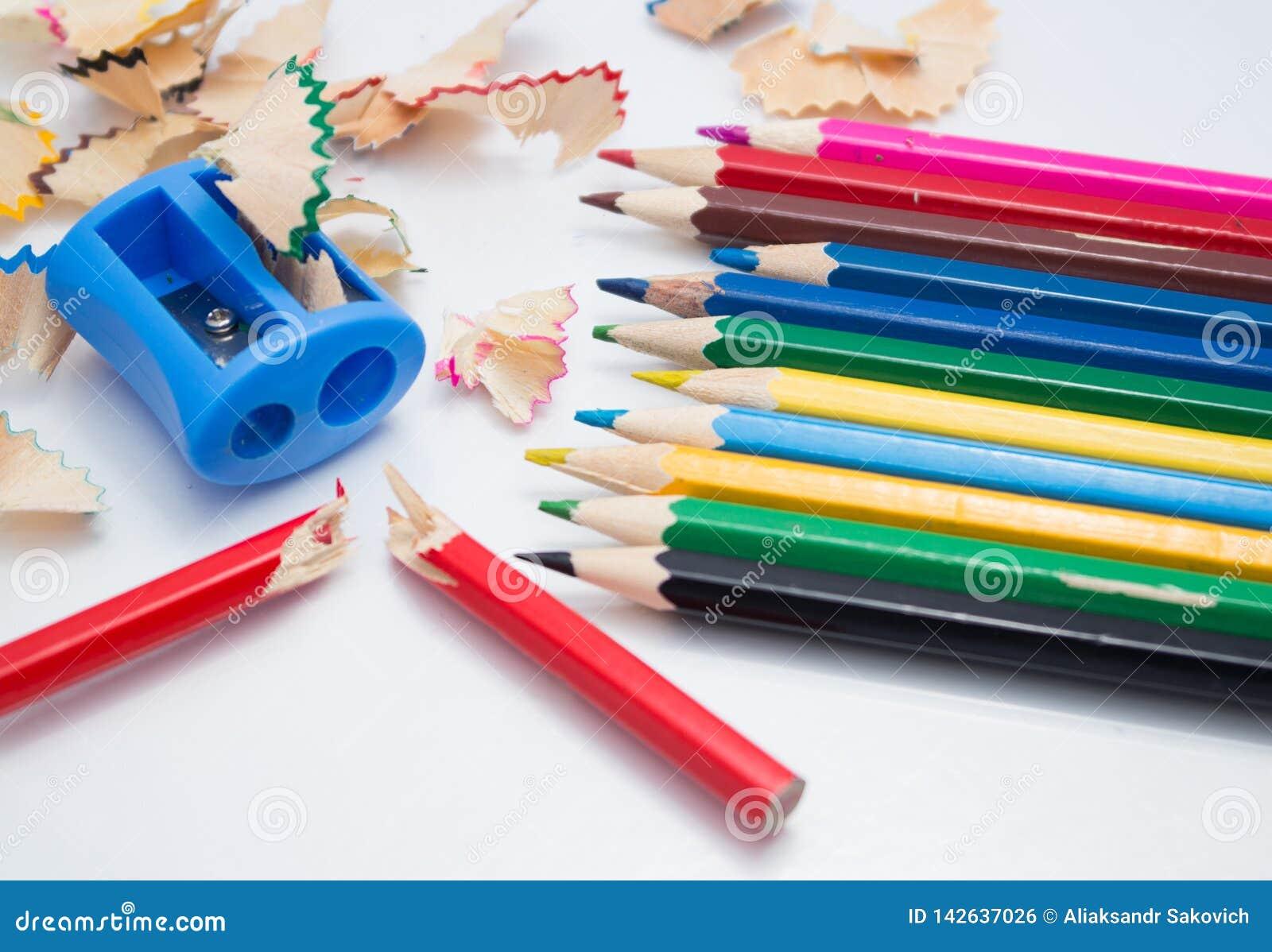 Crayons et fond colorés d affûteuse
