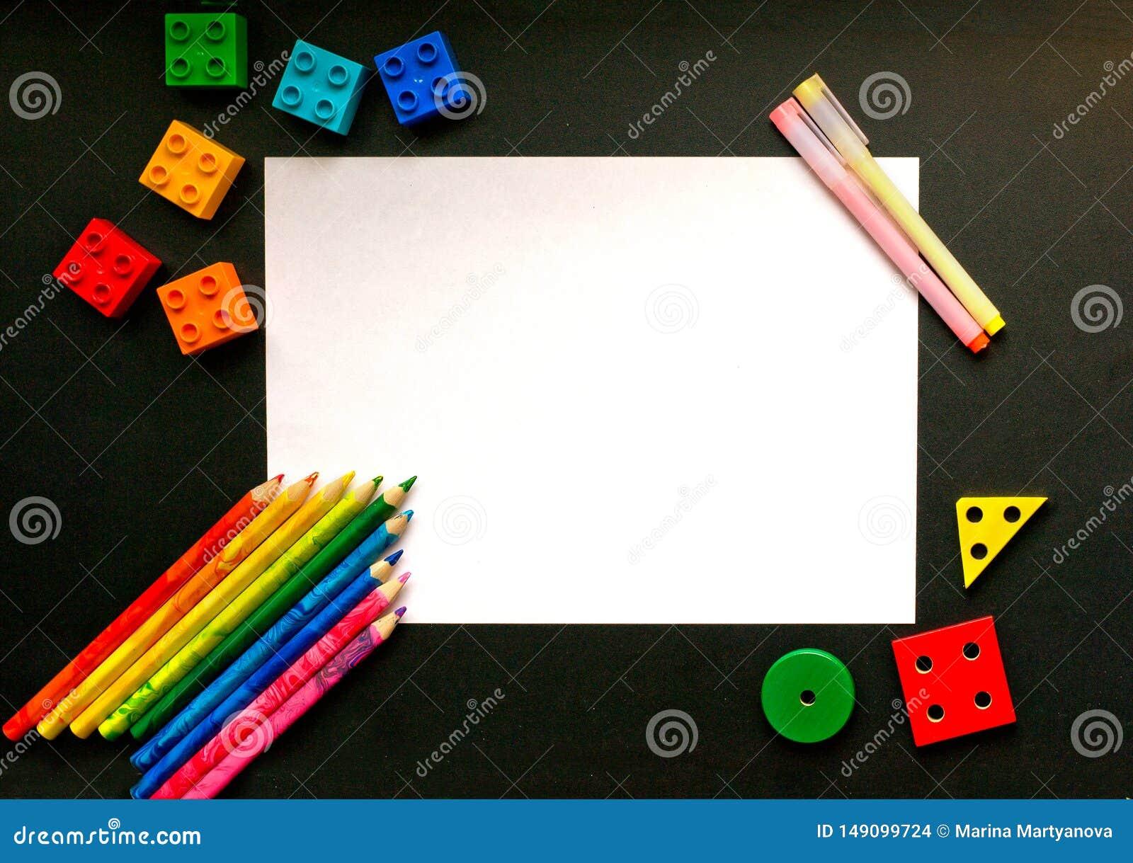 Crayons et petits groupes color?s de concepteur sur le conseil p?dagogique