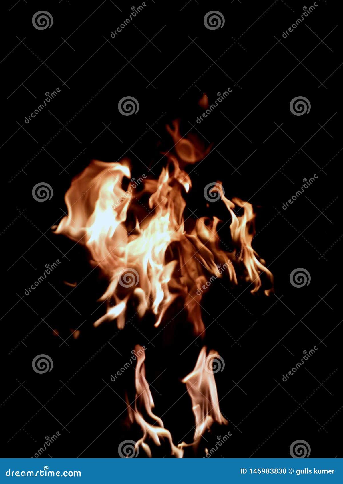Creación del monstruo como el cráneo por la llama del fuego