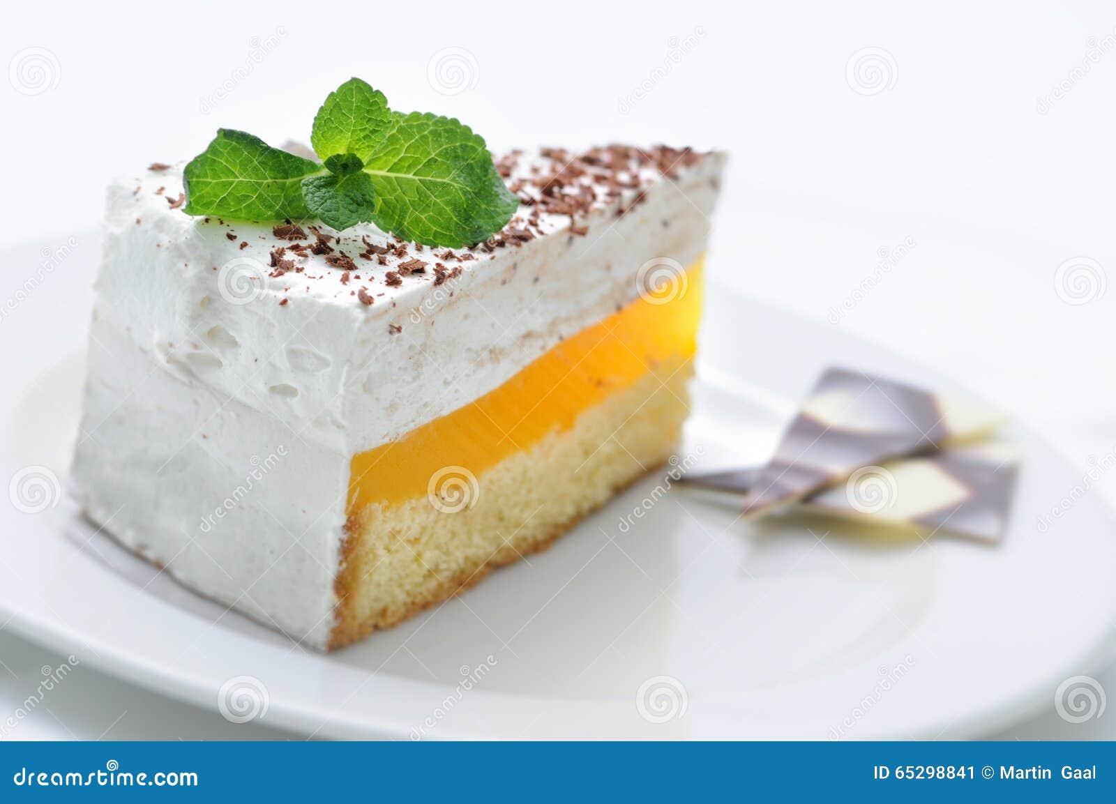 Cream торт на белой плите, сладостном десерте с лист мяты и украшении шоколада, patisserie, сладостном десерте, на-линии фото маг