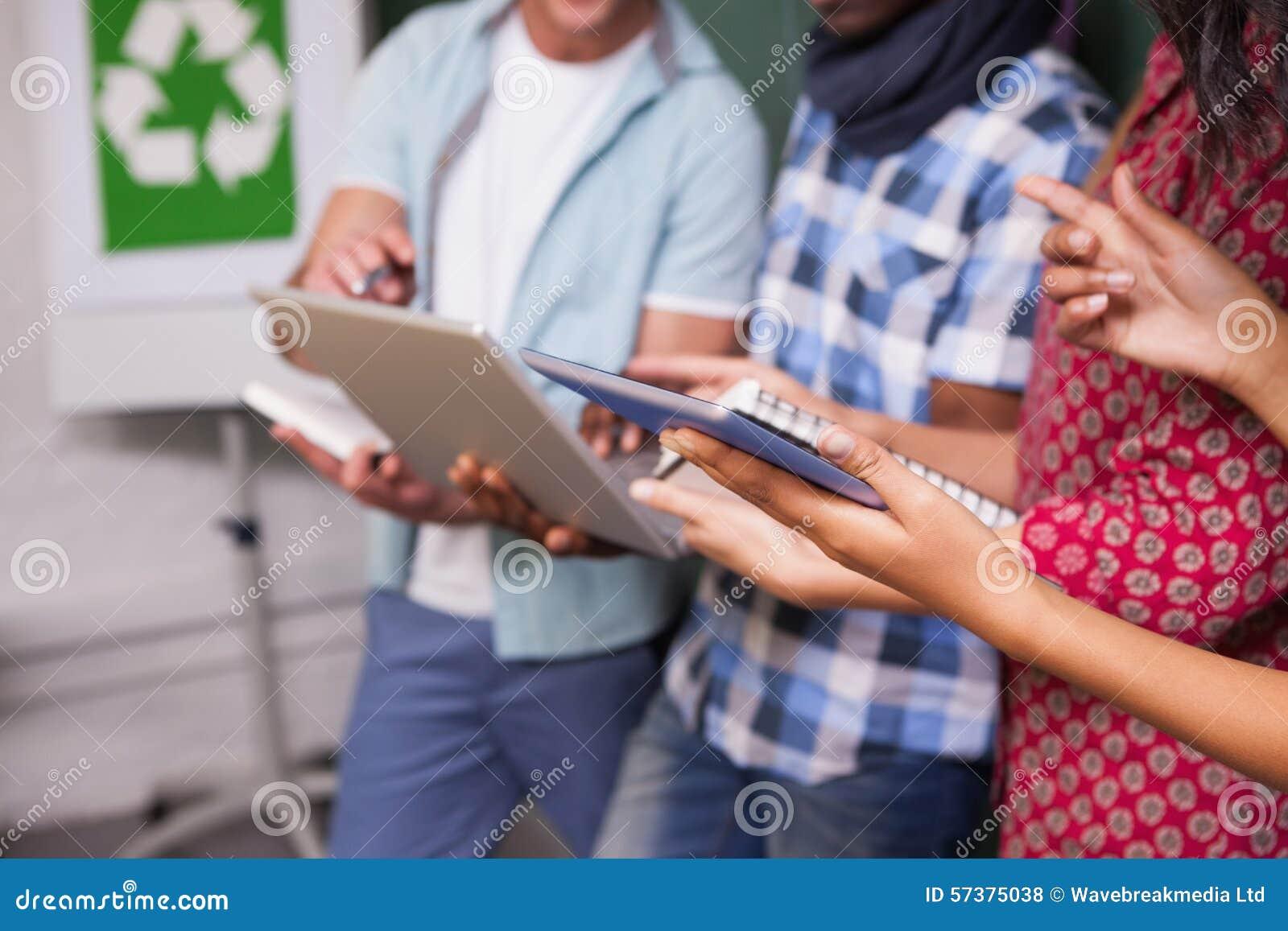 Creatief commercieel team die met tabletpc en laptop werken