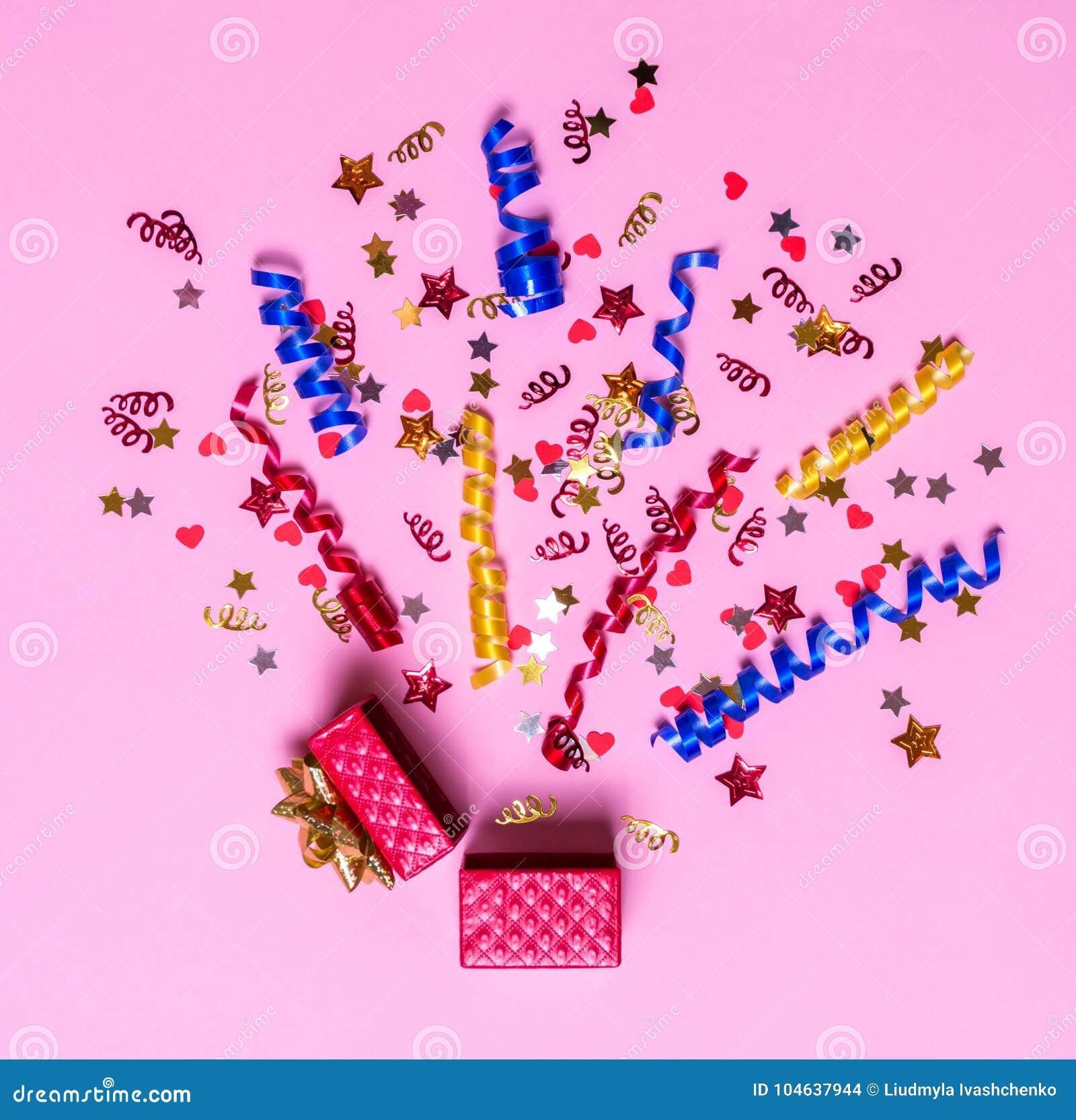 Download Creatief Concept Met Feestelijk Decor Op Roze Achtergrond Explosie Van Confettien Stock Foto - Afbeelding bestaande uit achtergrond, decoratie: 104637944