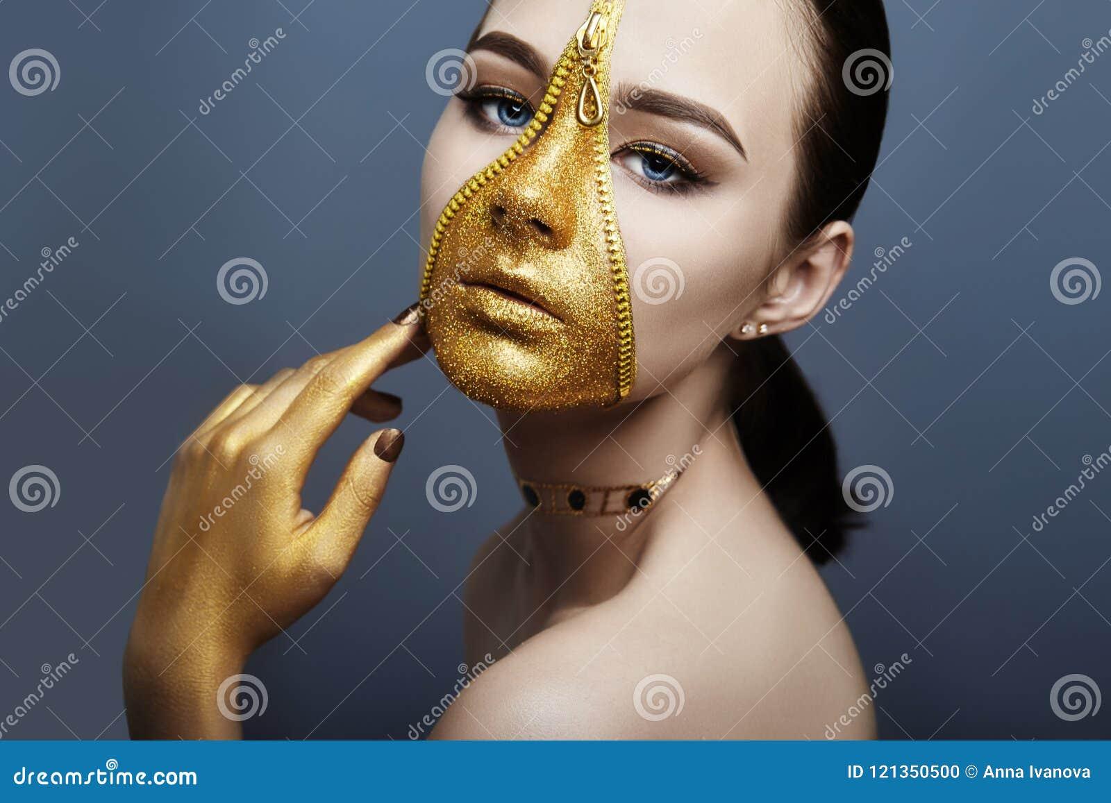 Creatief onverbiddelijk make-upgezicht van de ritssluitingskleding van de meisjes Gouden kleur op huid Creatieve de schoonheidsmi