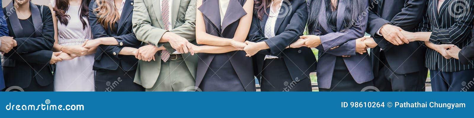 Creatief team die hun handen samenbrengen, de bannerconcept van het bedrijfsmensengroepswerk