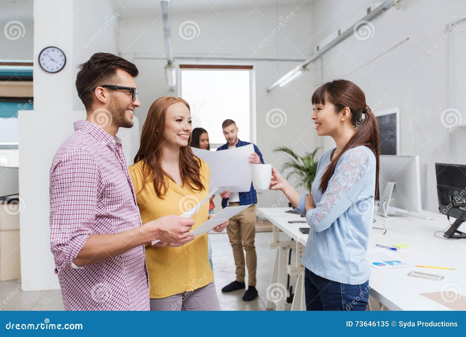 Creatief team op koffiepauze die op kantoor spreken