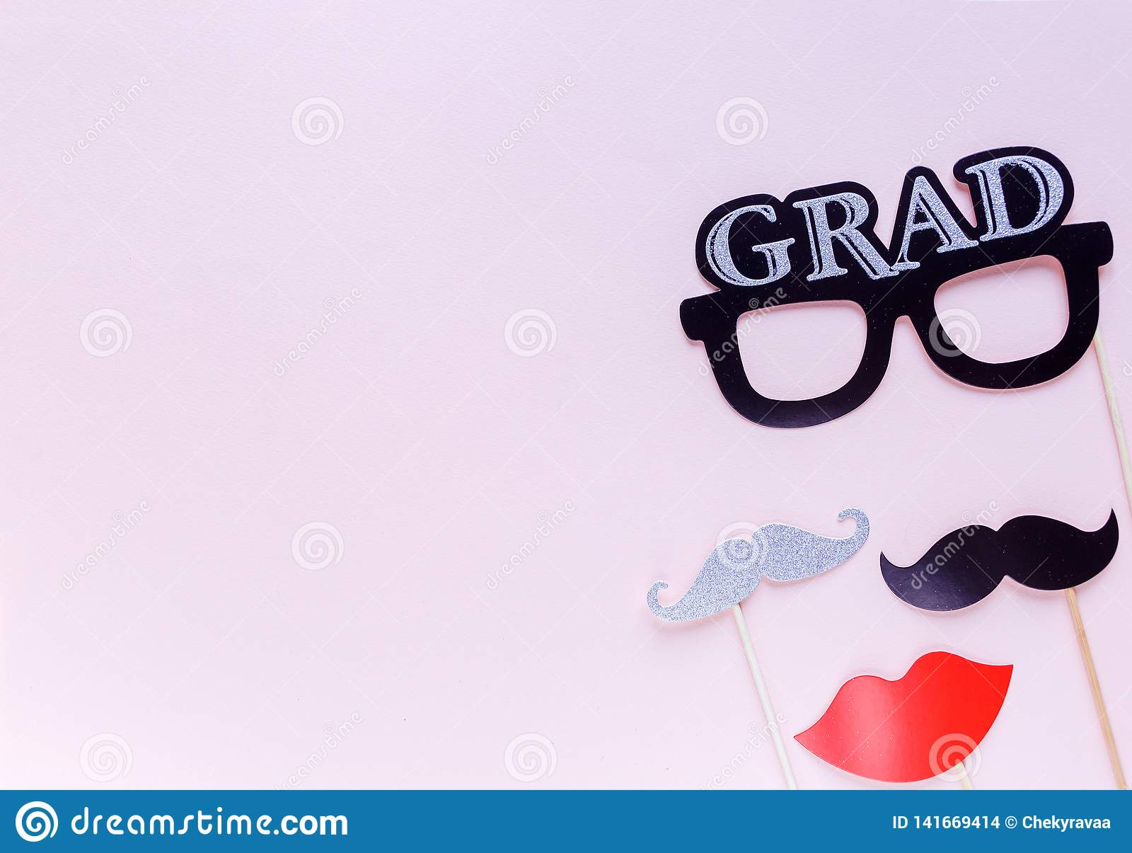 Creatieve achtergrond met photoboothsteunen voor graduatie: hoeden, diploma, glazen, lippen op pastelkleur roze document achtergr
