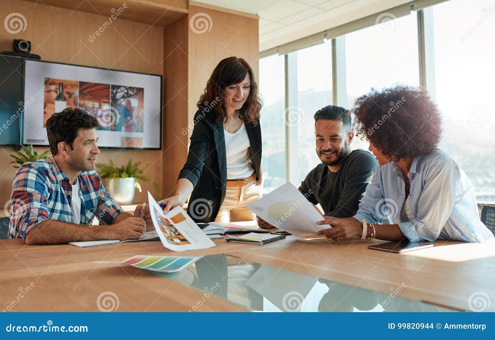 Creatieve beroeps die nieuw project in vergadering bespreken