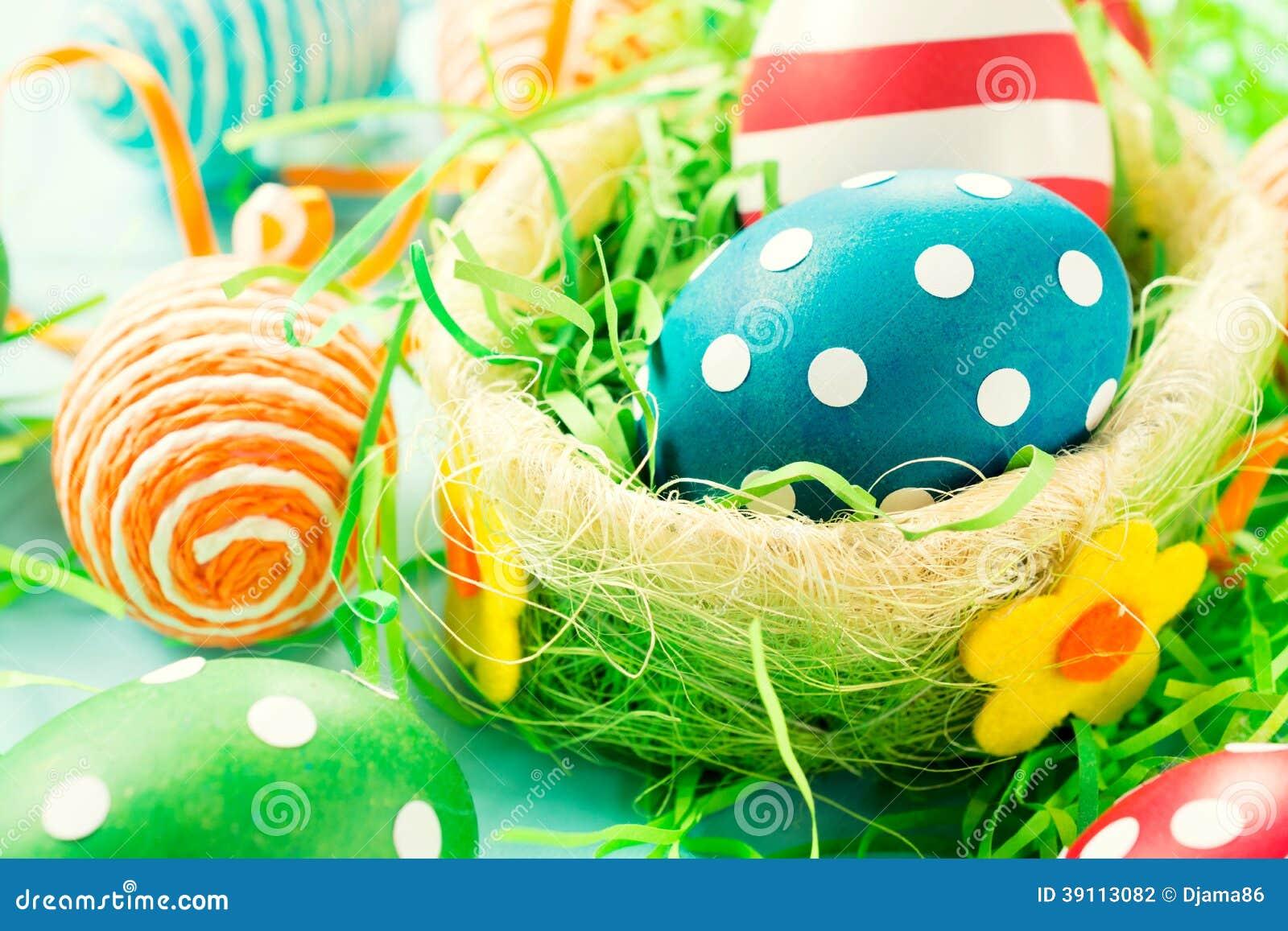 Creatieve eieren in mand