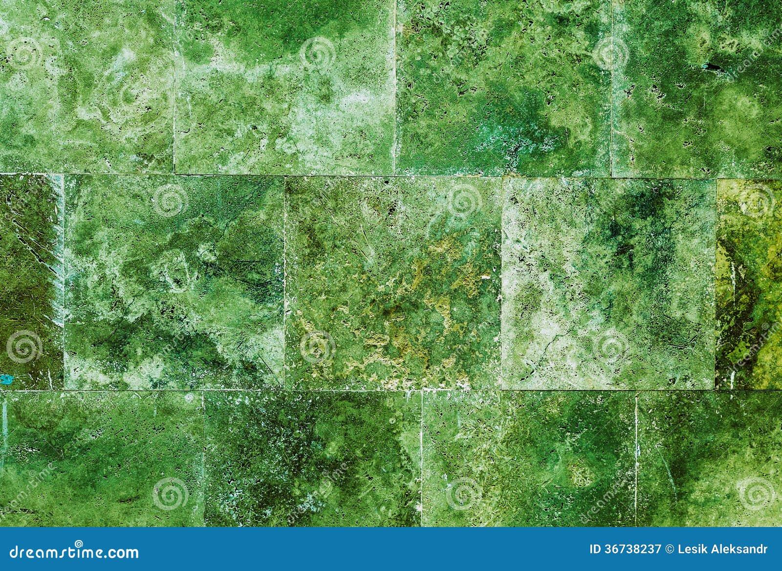 Creatieve groene muur als achtergrond van marmeren tegels royalty ...