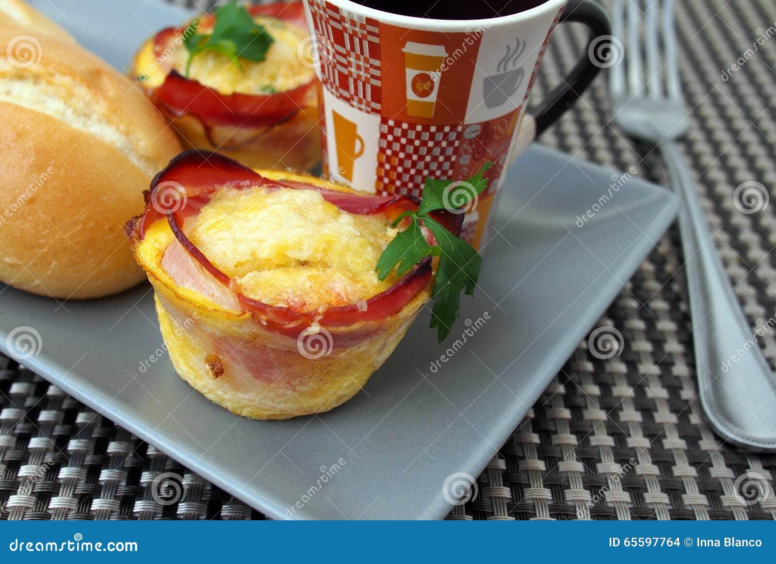 Creatieve muffins van het ontbijtâu20ac de u201eei met bacon koffie wit