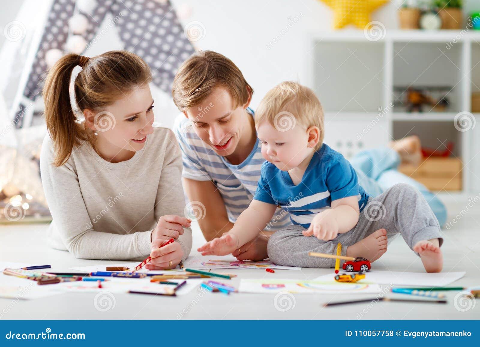 Creatividad del ` s de los niños drenaje feliz del padre y del hijo de la madre de la familia