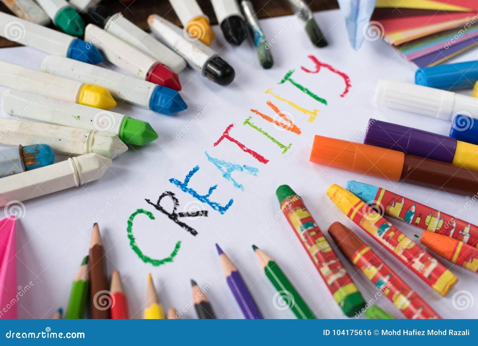 Creativiteitconcept - kleurrijk document, kleurpotlood, kleurrijk potlood en document met woordcreativiteit