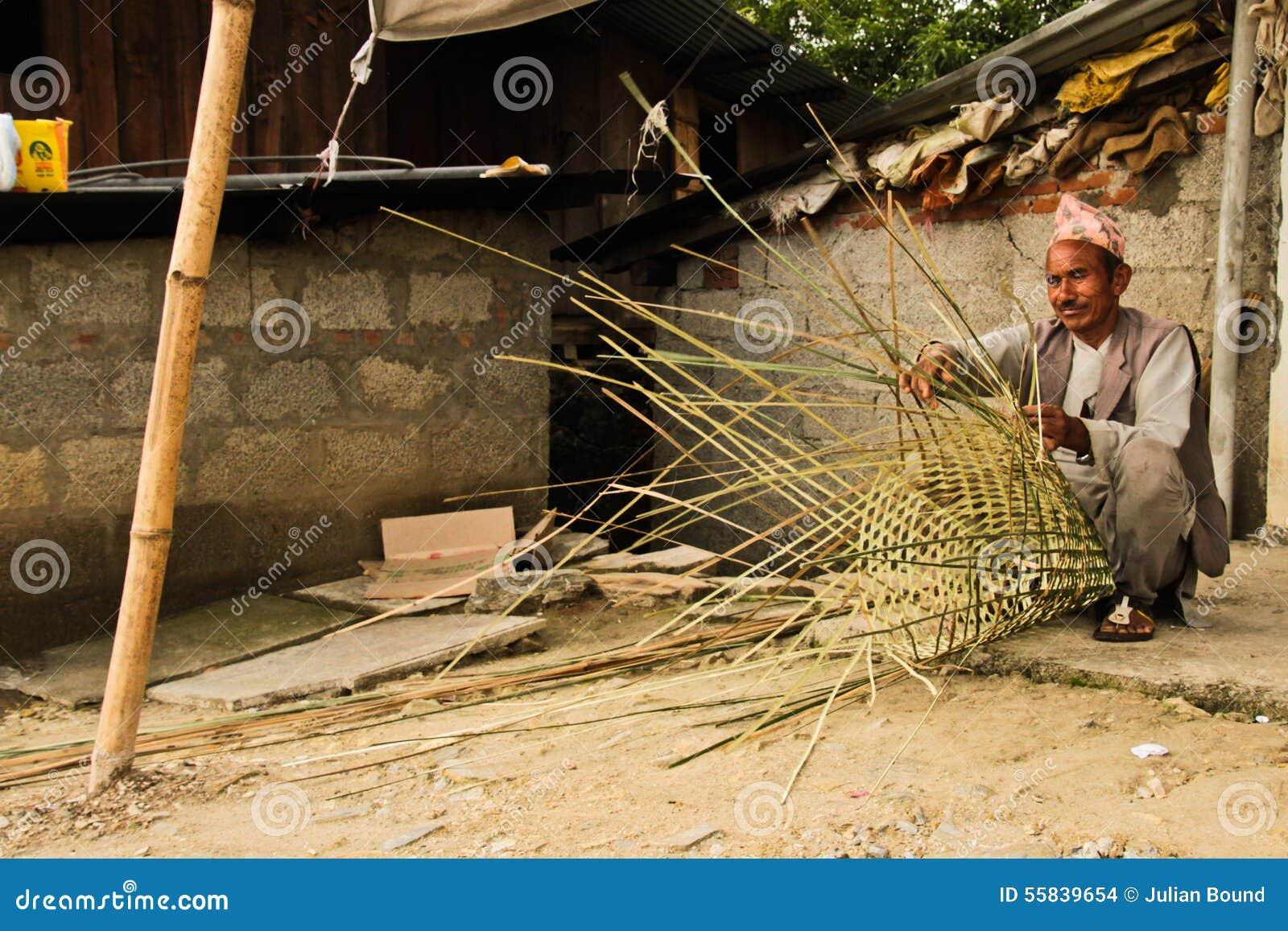 Creatore di canestro del villaggio di Sindhupalchowk dopo il earthqua