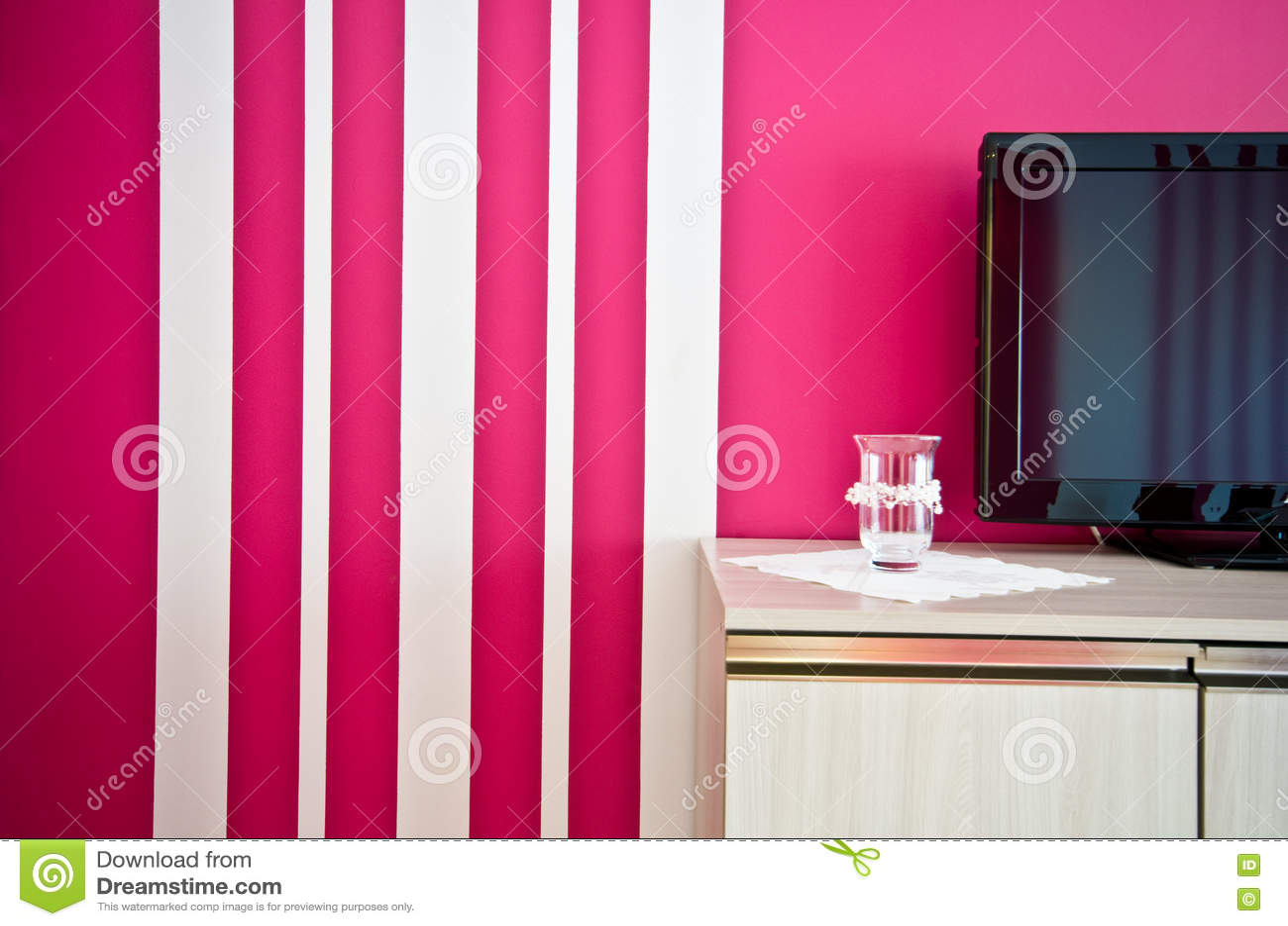 Credenza Da Parete : Credenza con la tv e parete a strisce rossa immagine stock