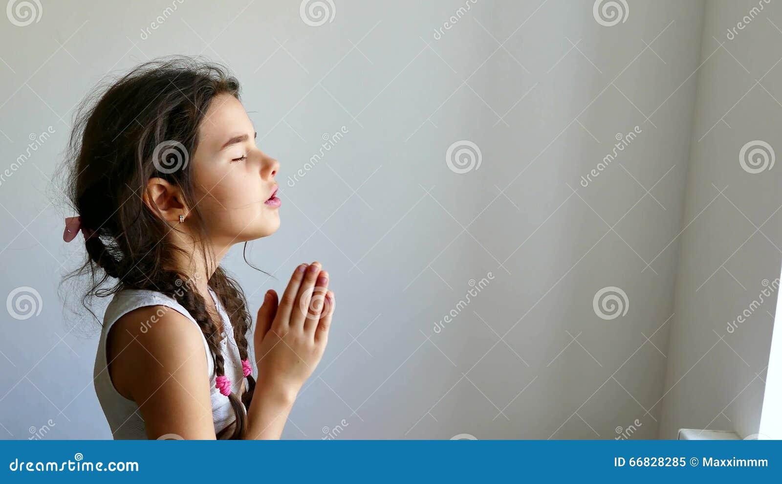 La Credenza In Dio : Credenza pregante teenager della chiesa ragazza nella