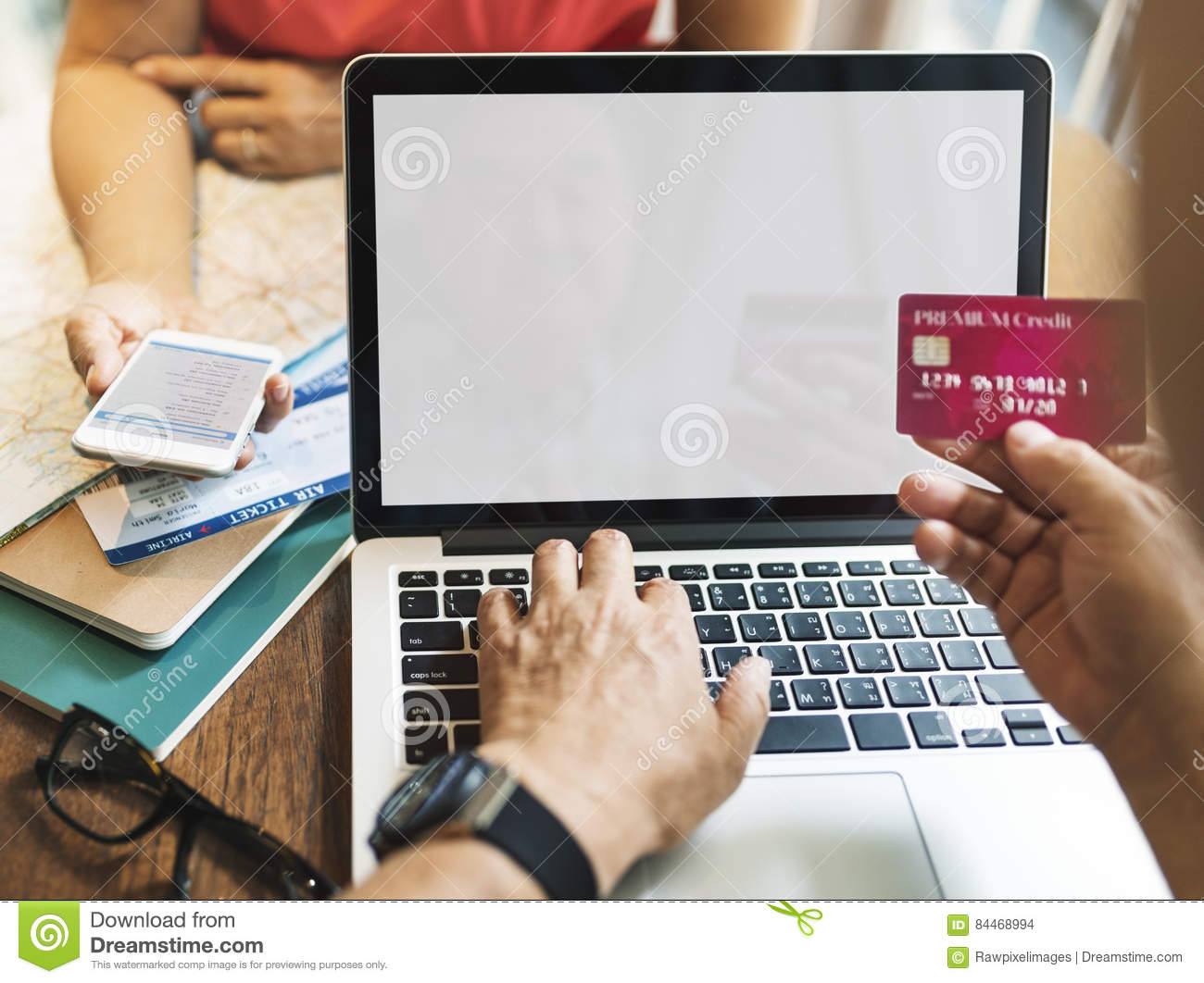 Shopping credit cards, also known as catalog credit cards, are created for those who prefer shopping online to in-store shopping. These credit cards are good for consumers with poor or bad credit history.