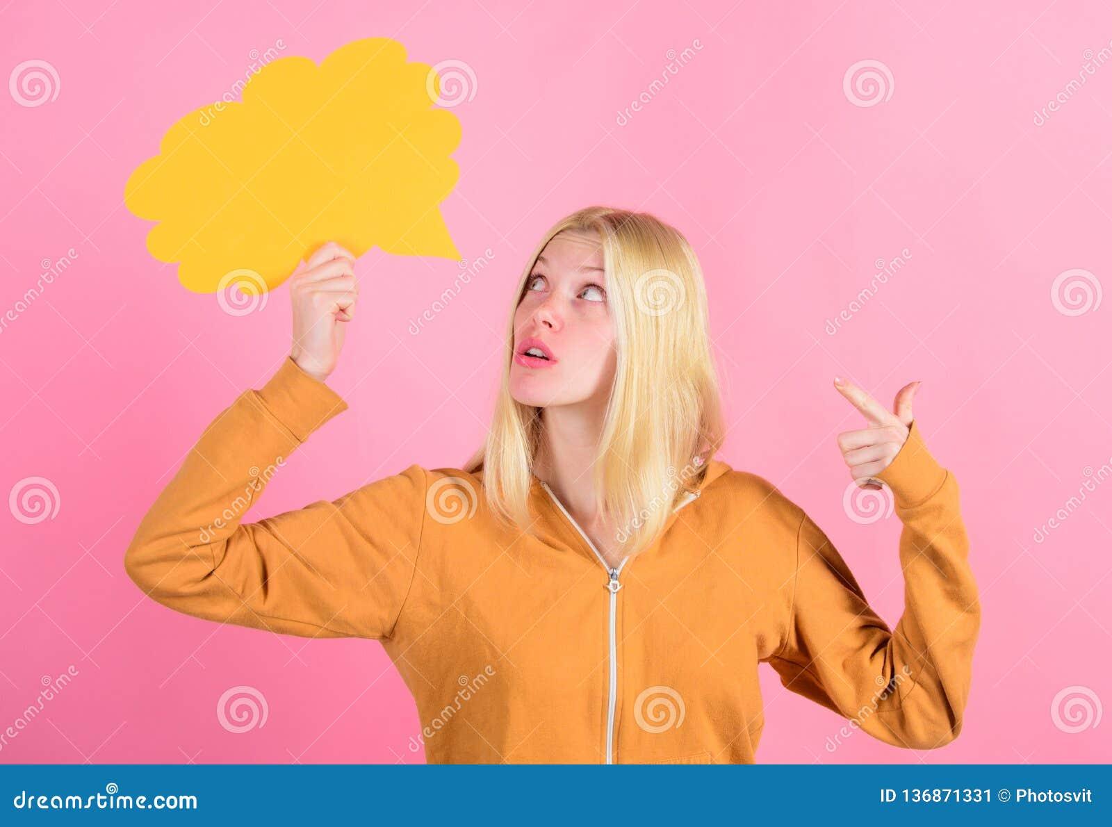 Cree la idea Pensamientos de la mujer adorable alegre Las ideas y los pensamientos copian el espacio Idea e inspiración Idea y