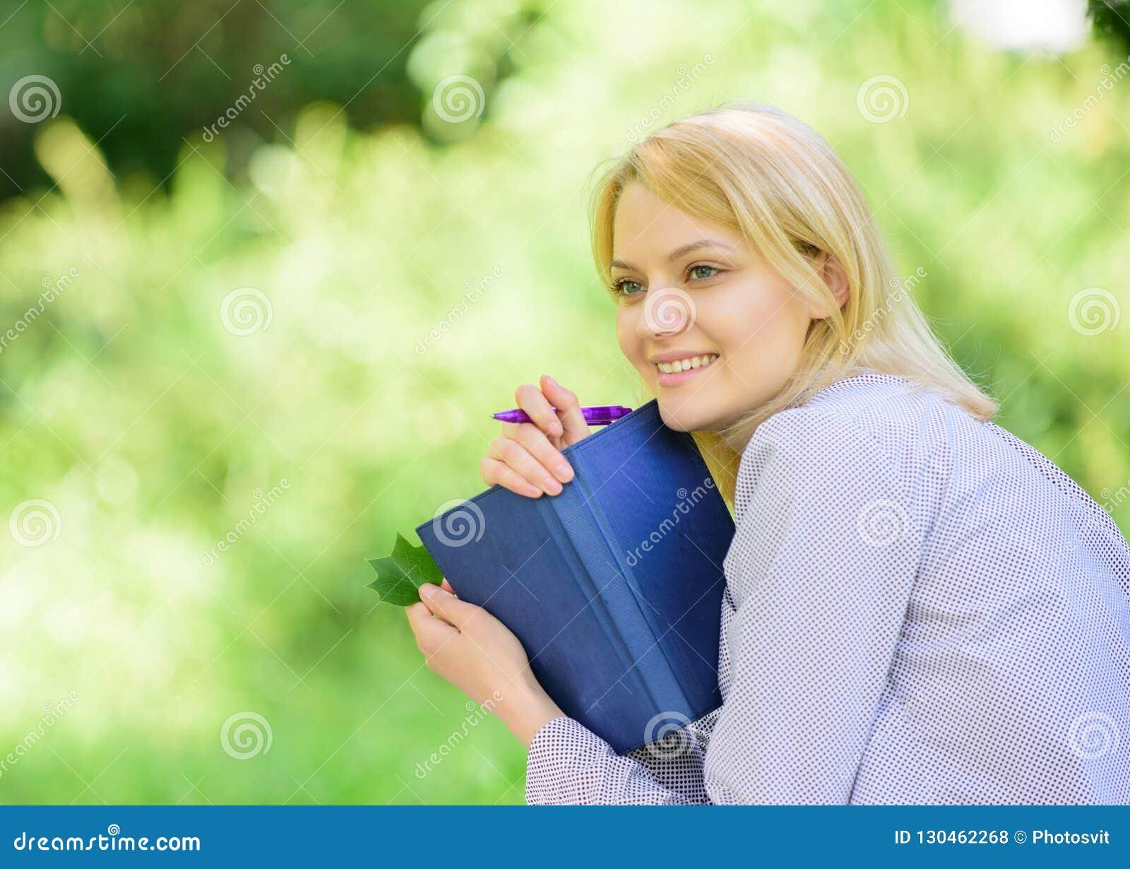 Creeer onderbreking voor zich Slim Tijdbeheer Sparen uw tijd De vaardigheid van het tijdbeheer Het meisje met bedrijfsagenda cree