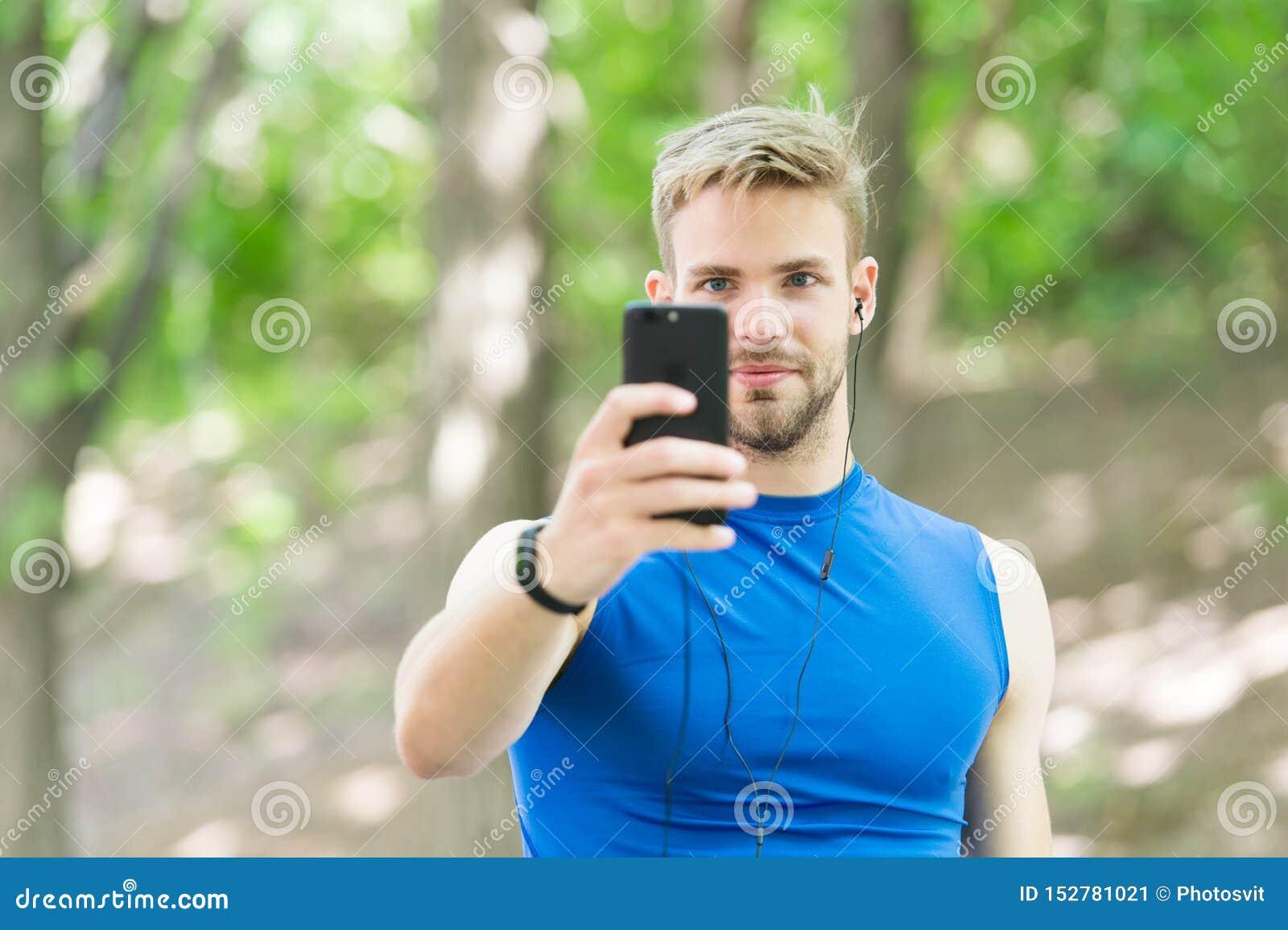 Crei il funzionamento dell itinerario facendo uso dell applicazione Lo sportivo con lo smartphone e l orologio astuto preparano p