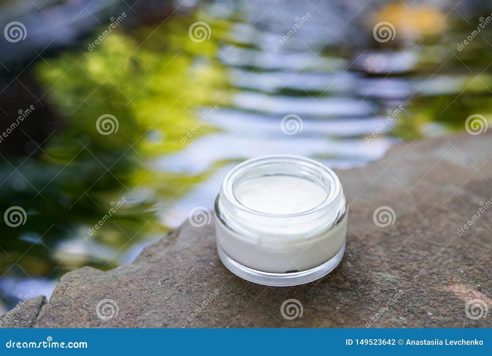 Crema de la crema hidratante del skincare en el fondo del agua - belleza limpia, productos cosm?ticos y concepto de lujo del cuid