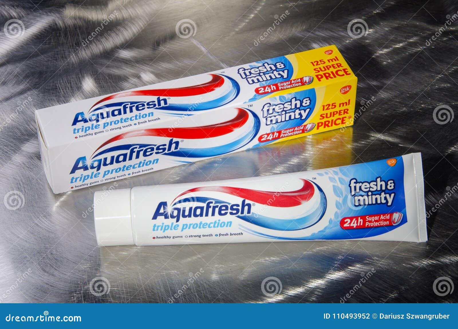 Crema dental de Aquafresh aislada en fondo del metal