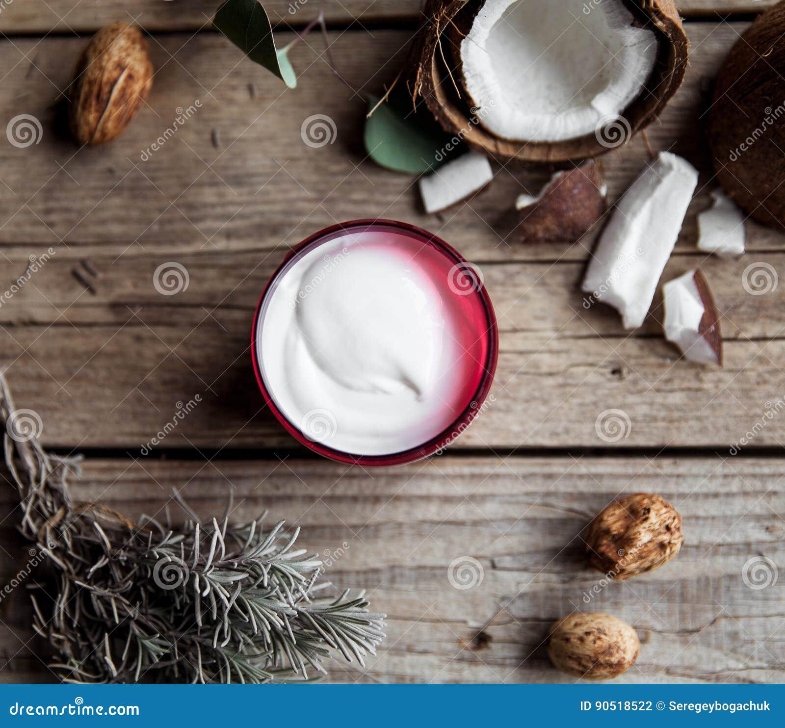 Crema orgánica en fondo de madera Acondicionador, champú para el cuidado del cabello Cosméticos naturales Piel y pelo sanos