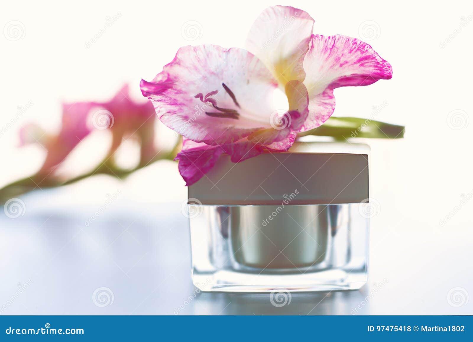 Crema per il corpo con i fiori rosa