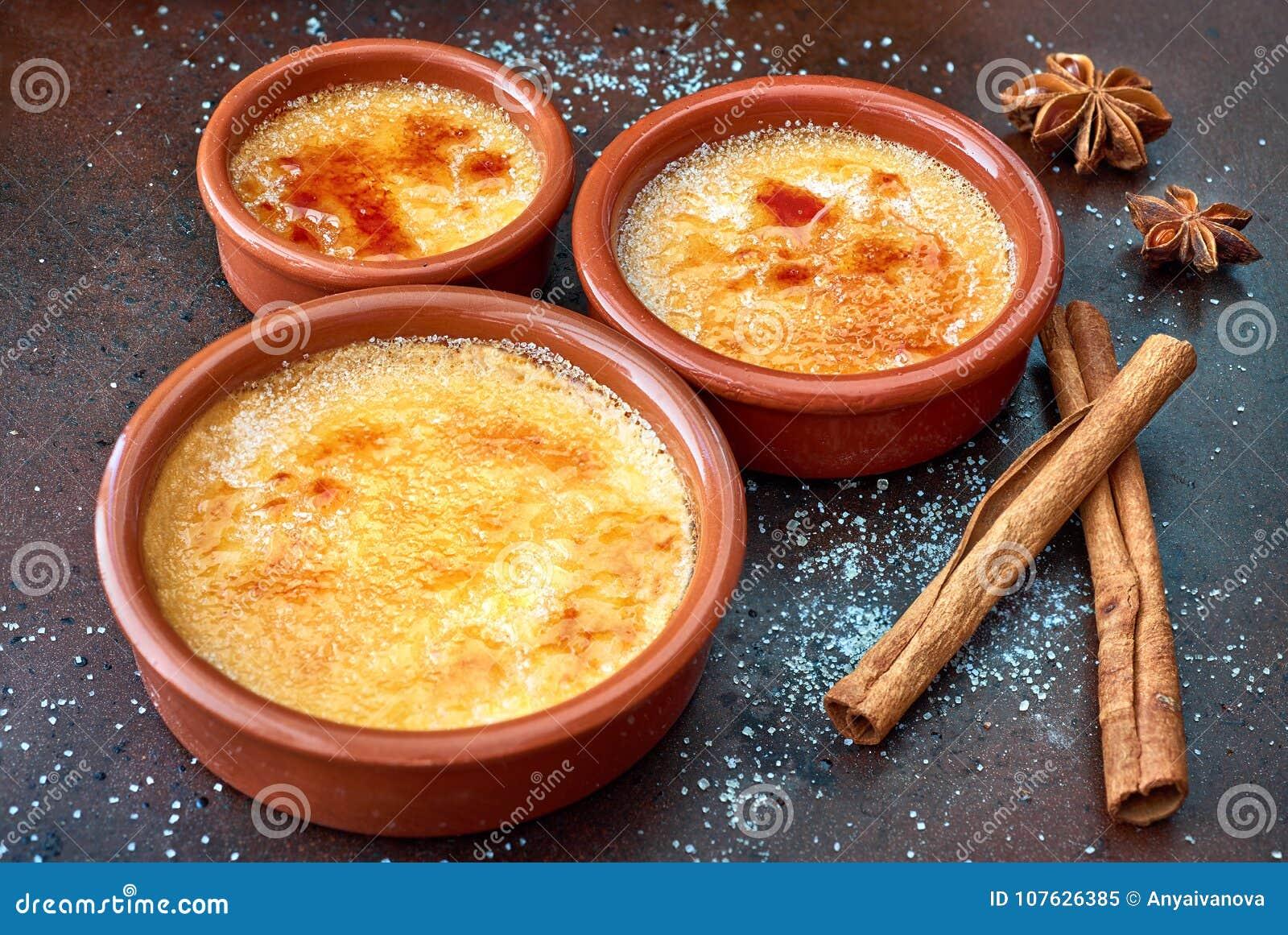 Crema quemada de la nata, quemada poner crema quemada en el terracota que cuece el SID