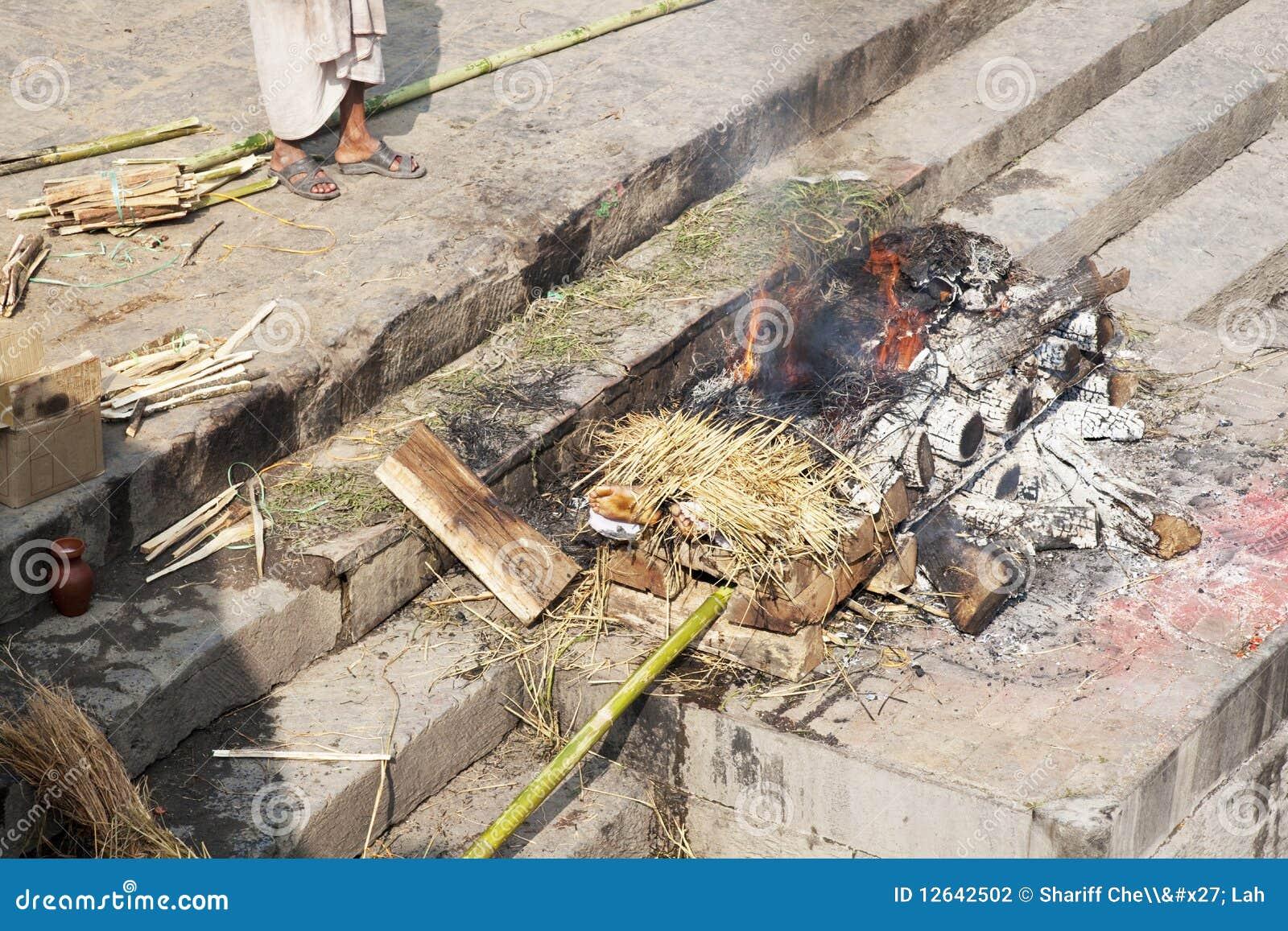 Cremación humana en el templo de Pashupatinath, Nepal