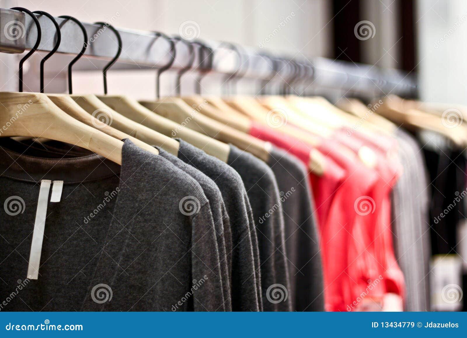 e8e8b73d906f9a Cremalheiras Das Camisolas E Das Camisas Que Penduram Em Uma Loja ...