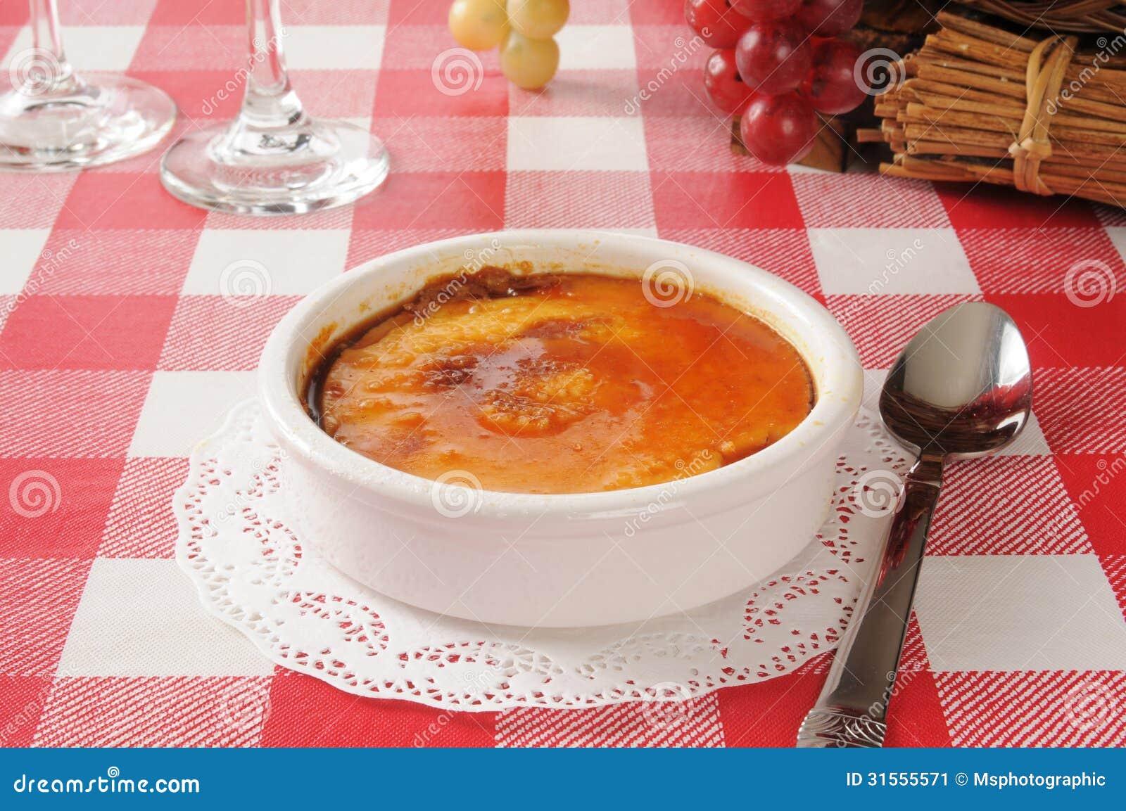 Creme Brulee w białym ramekin