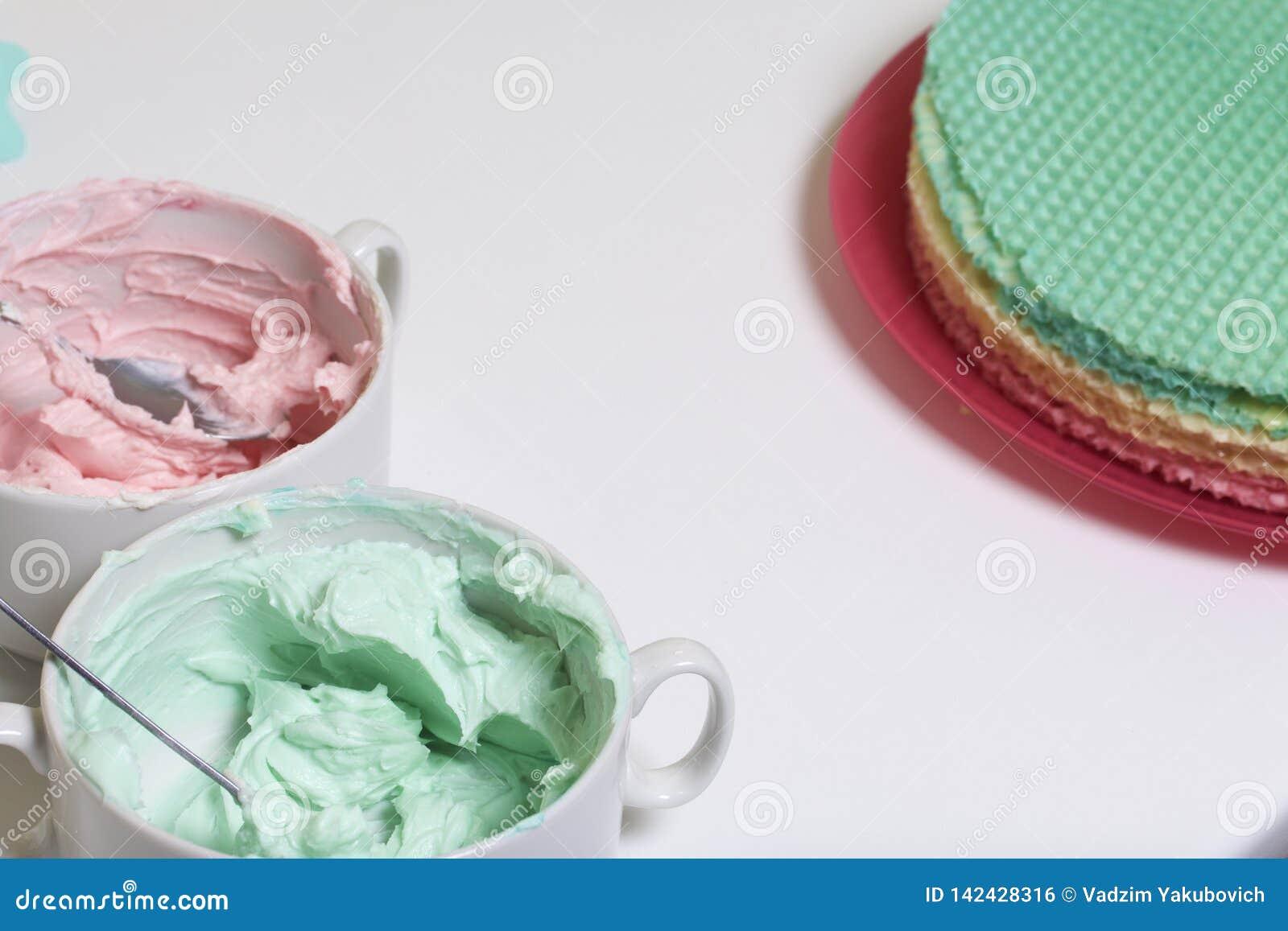 Creme de cores diferentes para decorar o bolo do waffle Bolos redondos da bolacha de cores diferentes Para fazer o bolo do waffle