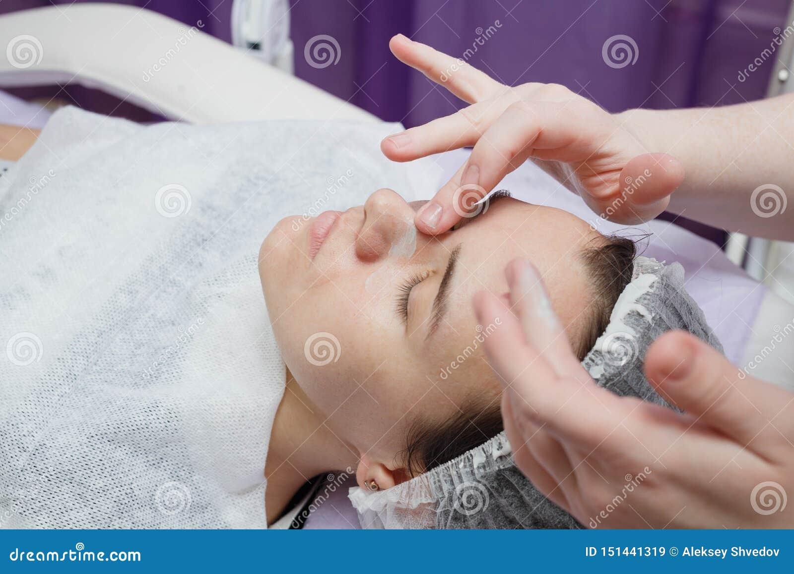 Creme de Nanost do esteticista após ter hidratado a máscara facial
