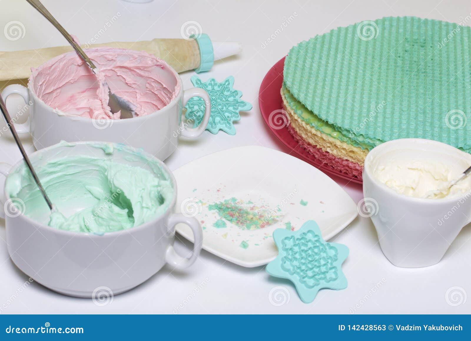 Creme von verschiedenen Farben für die Verzierung des Waffelkuchens Oblatekuchen von verschiedenen Farben Für die Herstellung des