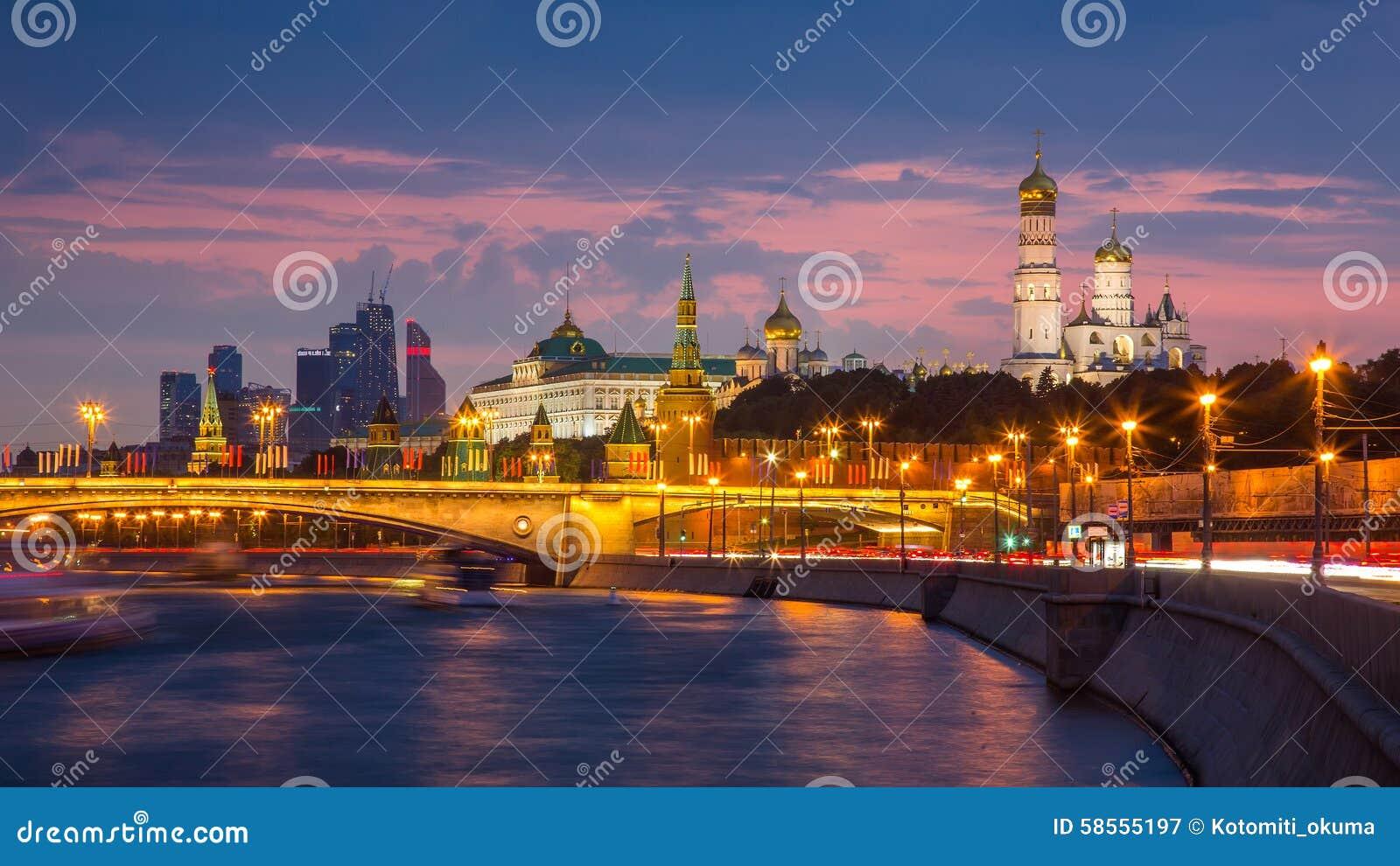 Cremlino di mosca nellilluminazione di sera fotografia editoriale