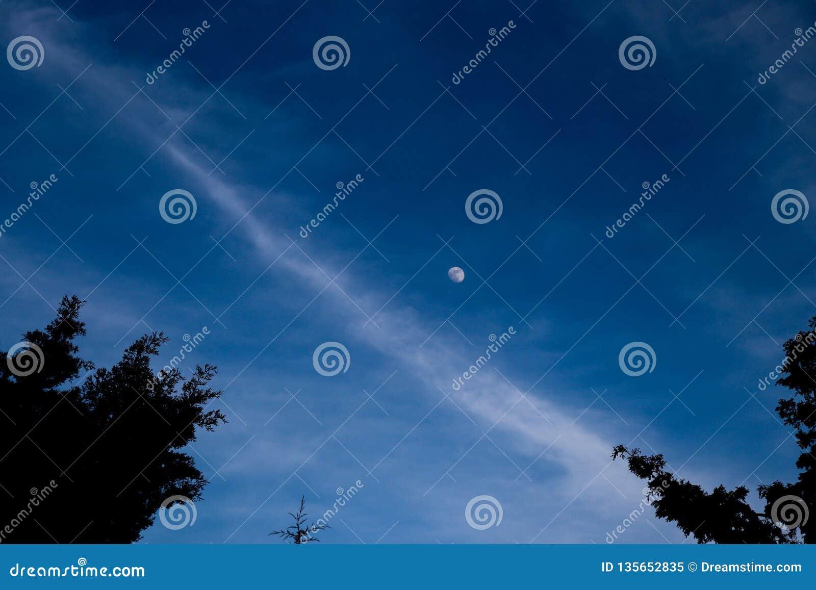 Crepúsculo azul impressionante com a lua