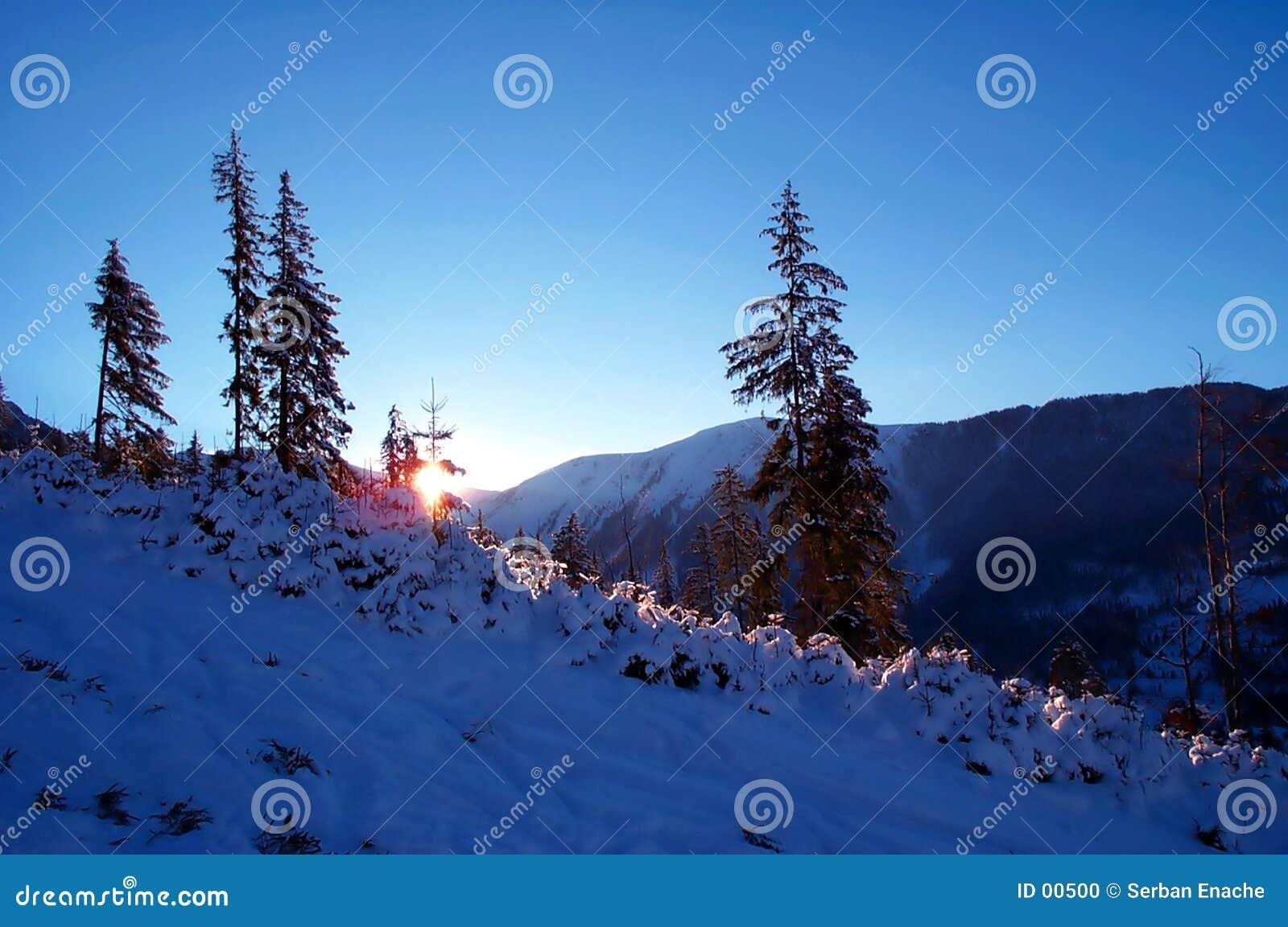 Crepúsculo azul nas montanhas