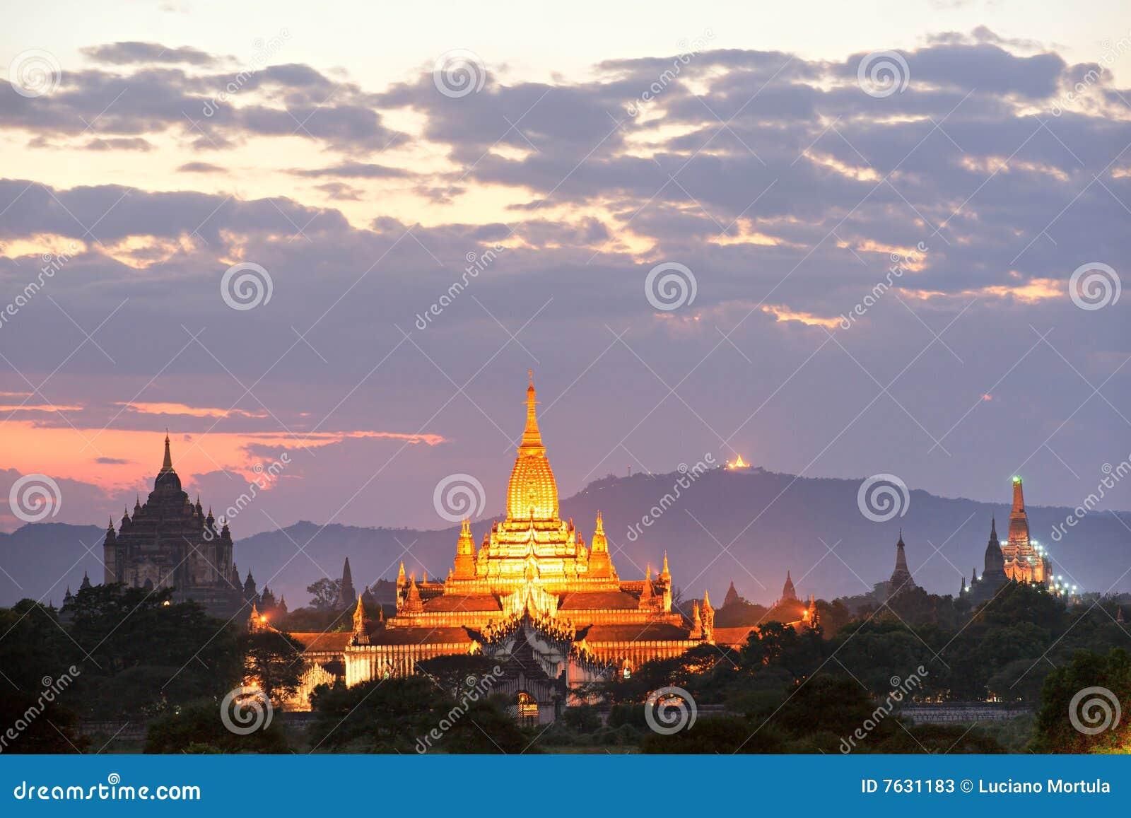 Crepúsculo de Bagan, Myanmar.