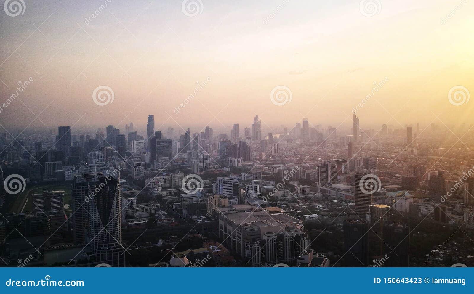 Crepúsculo sobre a cidade grande