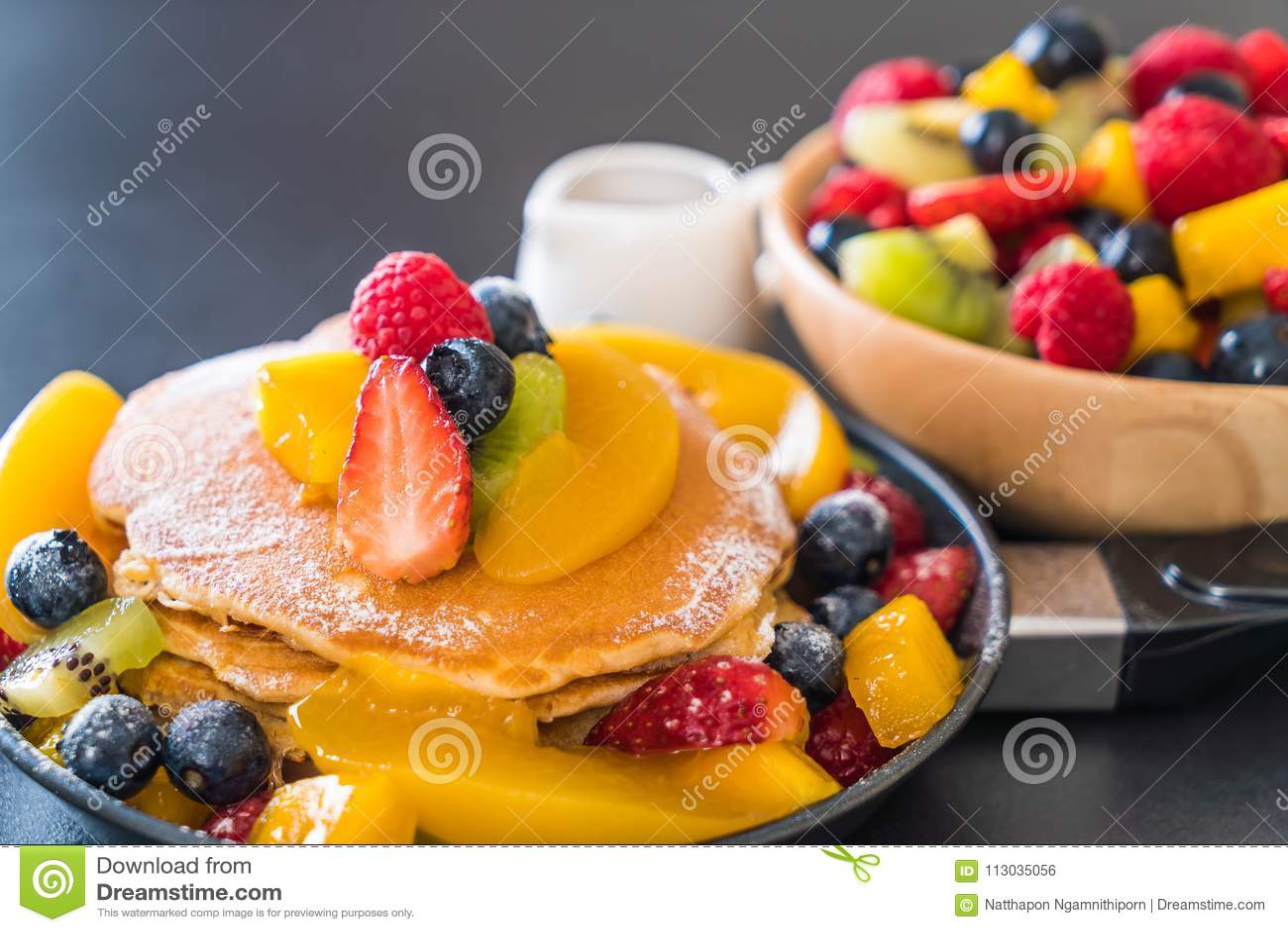 Crepe con las frutas de la mezcla