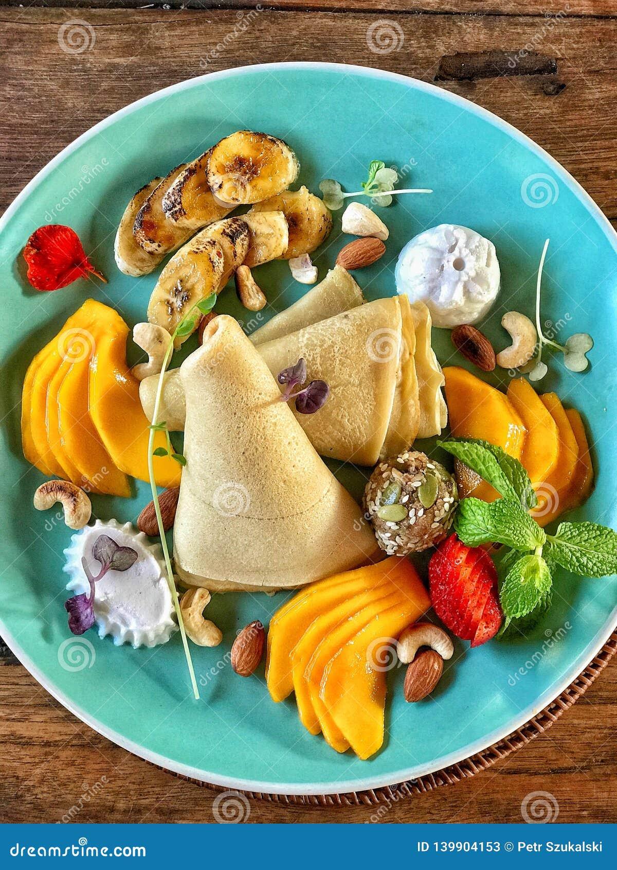 Crepe y fruta en el desayuno