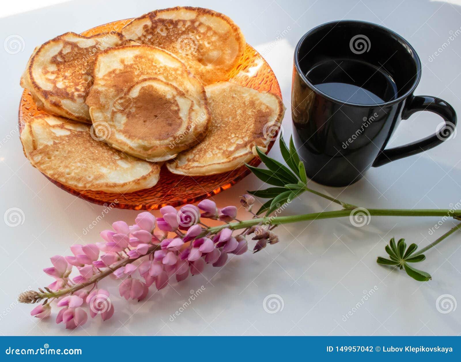 Crepes y una taza de altramuz del café sólo