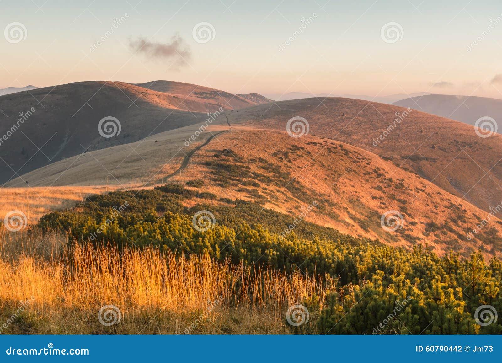 Cresta della montagna ad alba