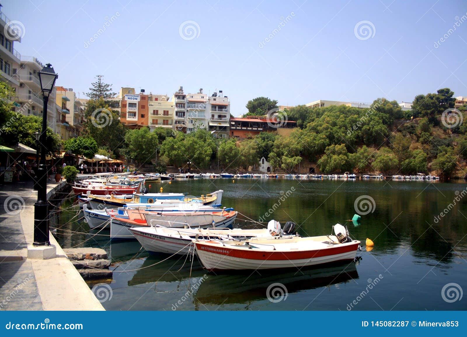 Creta, Grécia - 21 de maio: Grécia, Creta Lago Vulismeni no centro de Agios Nikolaos com barcos de motor