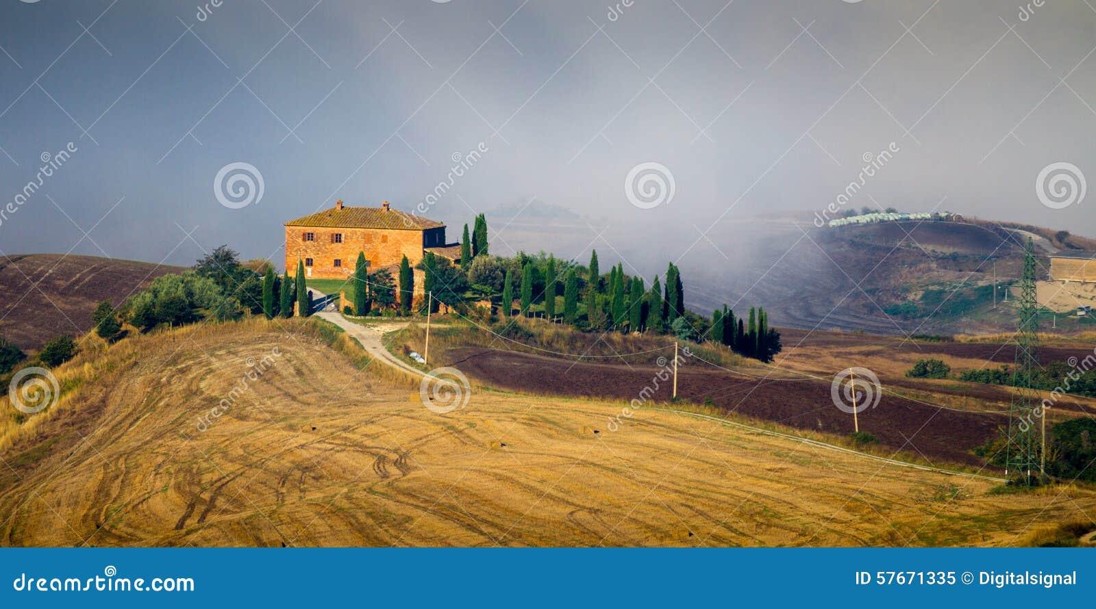 Crete Senesi krajobraz w Tuscany, Włochy na mgłowym świcie