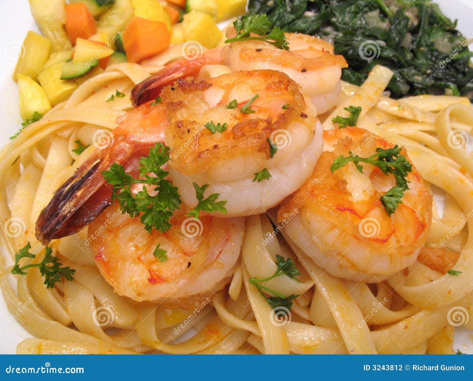 Crevette avec des pâtes et des légumes
