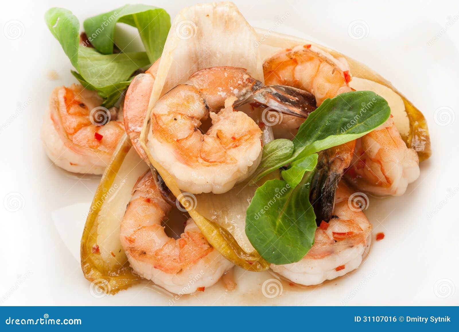 Crevette chaude en gros plan de r tissoire de plat avec for Decoration de plat avec des legumes
