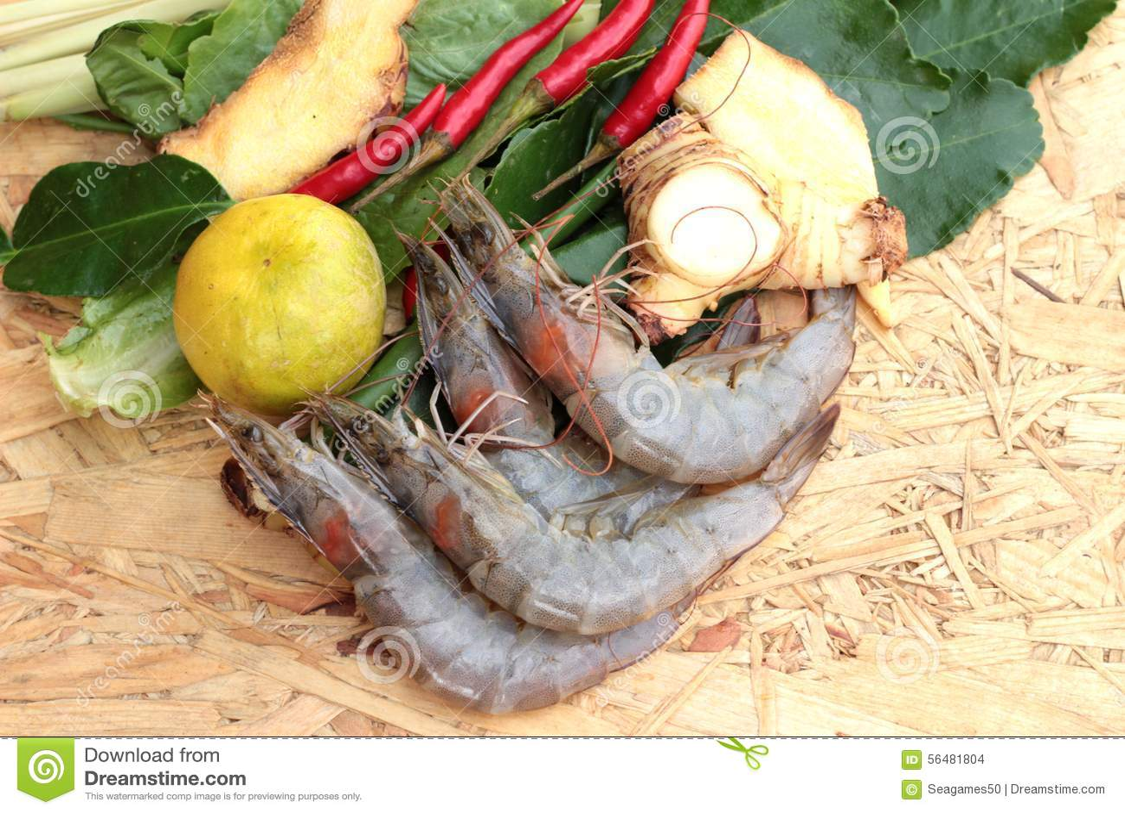 Crevette et citron, piment, nard indien, feuilles de chaux de kaffir pour la soupe épicée
