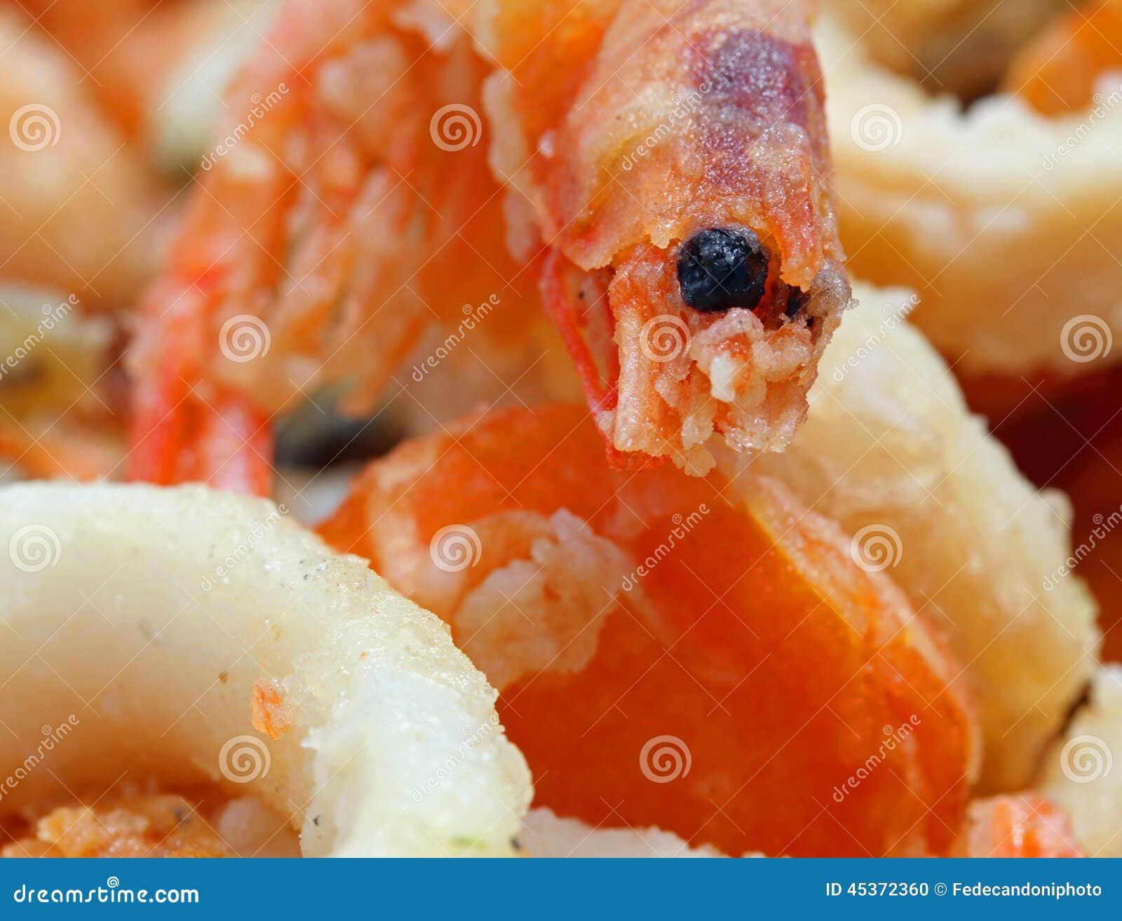Crevette frite avec la macro lentille et d autres poissons frits